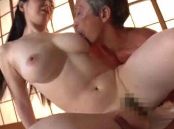 爆乳な息子の嫁とセックスする義父