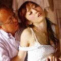 【老人】若い美人妻の不倫相手はまさかの隣に住む老人w